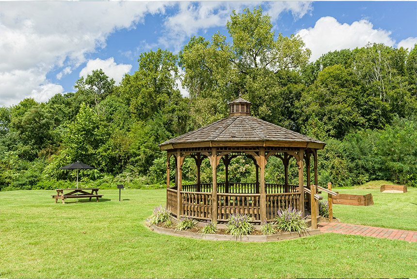 Westgate-Historic-Williamsburg-Gazebo-and-Picnic-Table